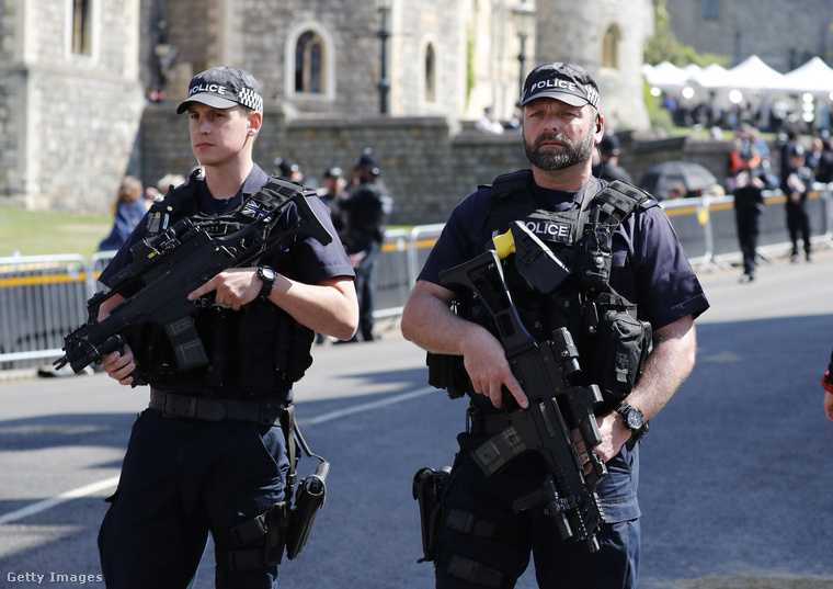 A rendőröket azonban nem zökkenthetik ki holmi hírességek, tisztes távolból ügyelnek a rendre
