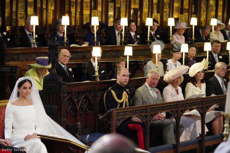 Az interneten az a hír terjedt el, hogy Harry herceg 1997-ben elhunyt édesanyjának, Dianának tartott fenn egy üres helyet, azonban később kiderült, ez is a királyi etikett része: senki sem zavarhatja a kilátást II
