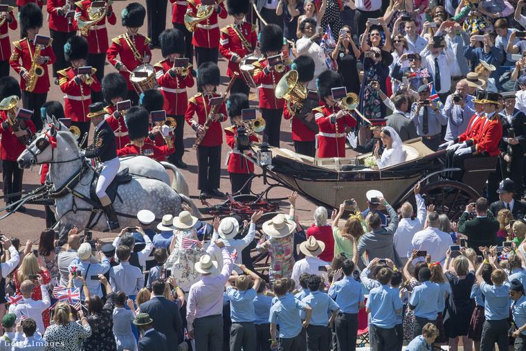 Rengetegen voltak kíváncsiak a ceremóniára, bár a britek kétharmadát még így sem érdekelte az esküvő egyáltalán