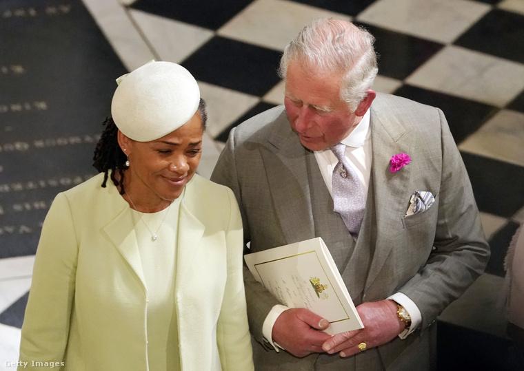 Mivel az örömapa (szívműtétje miatt, és állítólag azért, hogy ne égesse le a lányát) távol maradt az esküvőtől, ezért Markle-t Károly herceg vezette az oltár elé