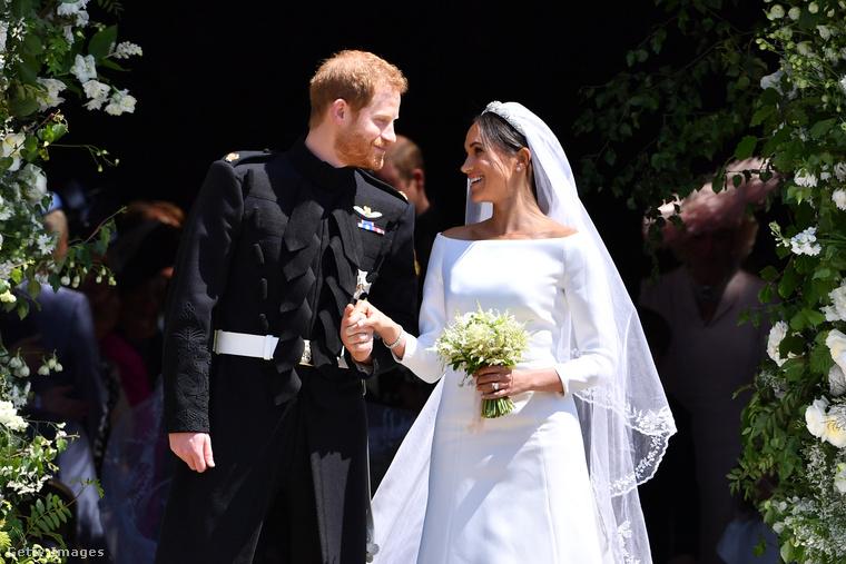 Miután a házasság megköttetett, a páros megmutatta magát a jelenlévő érdeklődőknek