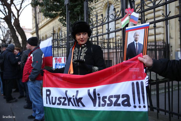 Szimpatizánsok és tüntetők is várták Vlagyimir Putyint, amikor 2015-ben Budapesten járt
