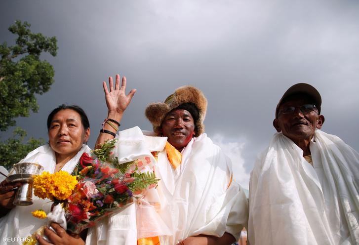 Kami Rita feleségével és édesapjával Katmanduban