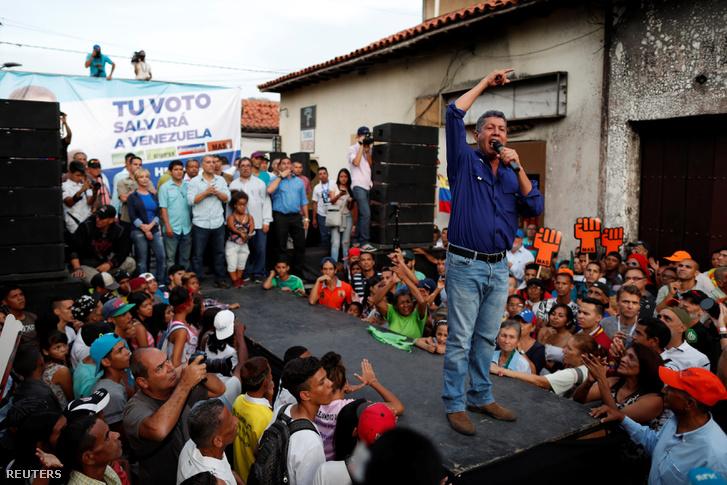 Henri Falcón Caracasban egy választási gyűlésen