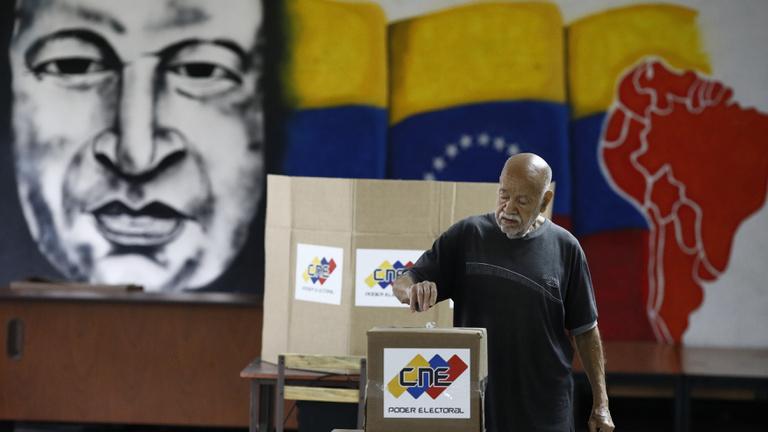 Az ország romokban, az elnök népszerűtlen, de most újra megválaszthatják