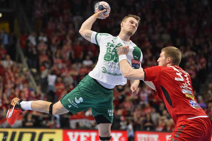 A dán Markus Olsson (b) és a veszprémi Blaz Blagotinsek a férfi kézilabda Bajnokok Ligája negyeddöntõbe jutásért játszott Telekom Veszprém - Skjern HB visszavágó mérkõzésen a Veszprém Arénában 2018. március 31-én.