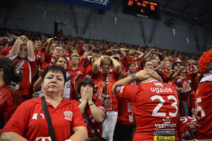 Veszprémi szurkolók a férfi kézilabda NB I döntõjének visszavágó mérkõzésén a Telekom Veszprém - MOL-Pick Szeged találkozón a Veszprém Arénában 2018. május 20-án.
