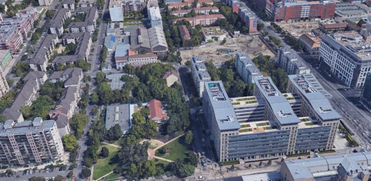 A nagy üres építési terület helyén áll ma a Promenade Garden. Jobboldalán a Váci út, a balon a Visegrádi utca. A kép alján látható Dráva utcától végig előkertek határolják, még Capital Square (jobbra lenn) előtt is. Az új irodaház azonban addig nyúlik, ameddig az építési terület a fenti fotón
