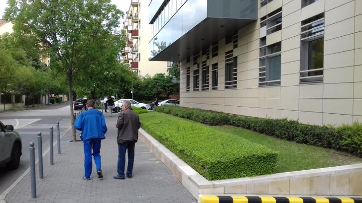 Az utcában álló másik irodaház nagyvonalúbban bánt a rendelkezésre álló hellyel