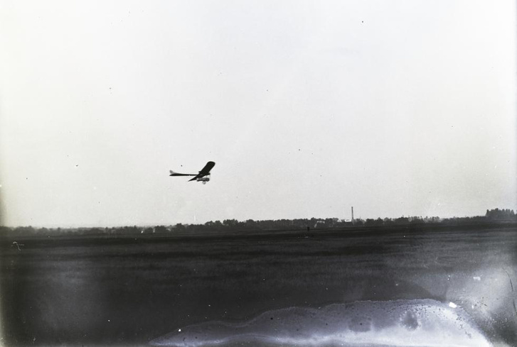 Székely Mihály Parasol típusú gépével repül, 1913