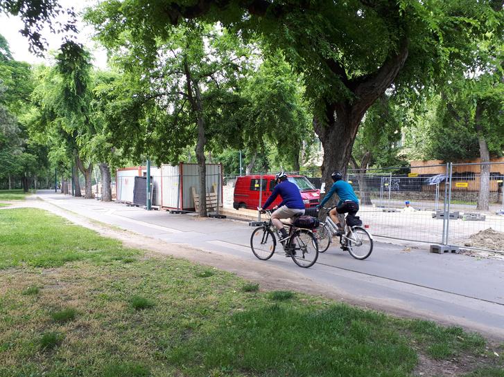 A járdára szorultak a kerékpárosok az Olof Palme sétányon, a közműmunkák miatt