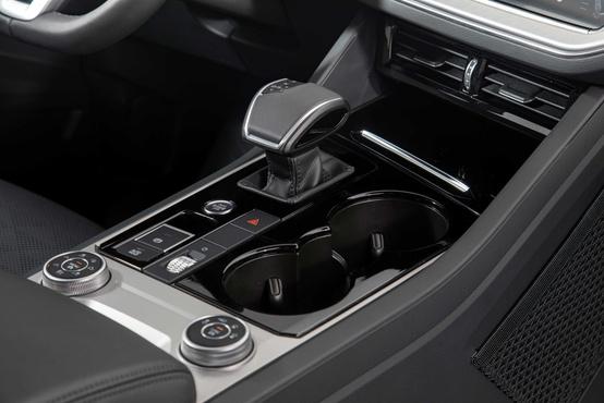 Nagyon kevés fizikai gombbal operál a VW, minden funkció a menüből érhető el