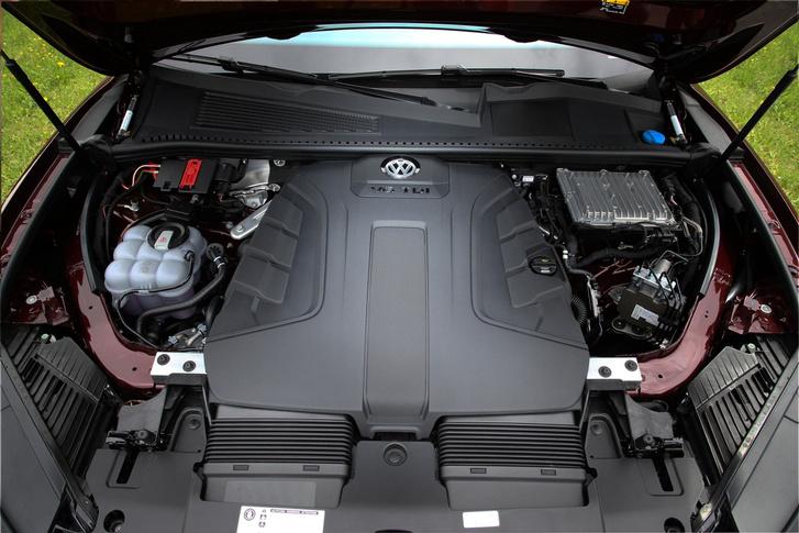 Sokat nem látni belőle, de pazar a V6-os TDI. Erős, halk, takarékos