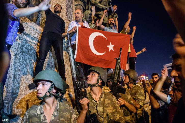 Katonák a Taksim téren a puccs éjszakáján, 2016. július 15-én