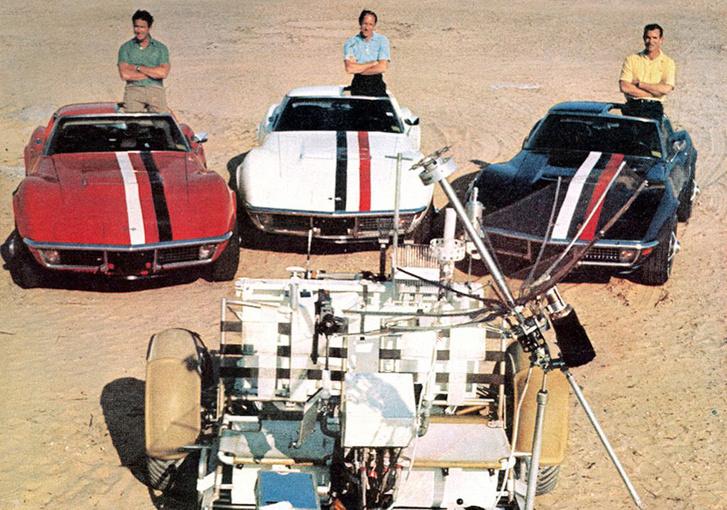 Az Apollo-15 hármasa Corvette-jeikkel, holdjáróval