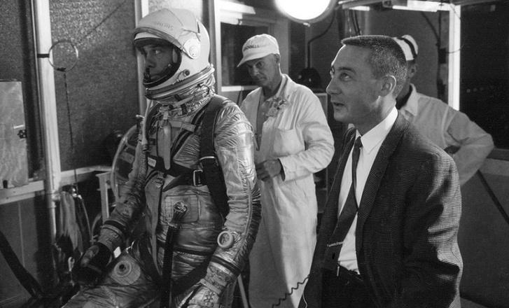 Shepard balra, űrruhában, Gus Grissom jobbra, zakóban nyakkendővel. Nem csak Florida útjain és óceánpartján versengtek ők, de a Mercury-program kezdetén azon is, ki lesz az első, akit fellőnek. A NASA végül Shepardöt választotta