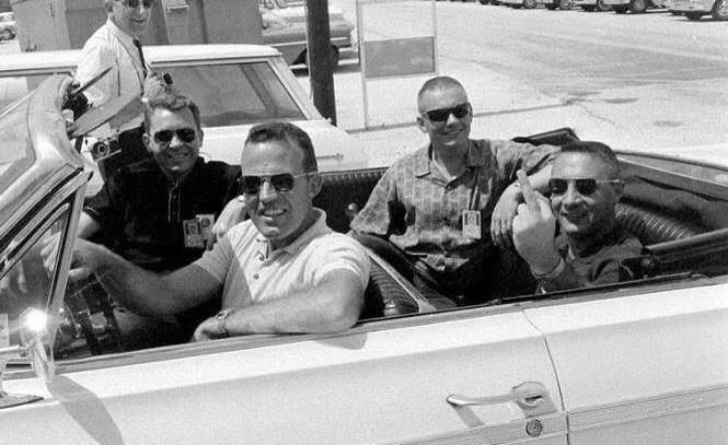 Amerika sztárjai, űrhajósok autókáznak. Balról jobbra: Elliot See, Gordon Cooper, Neil Armstrong és a történet egyik főhőse, Gus Grissom