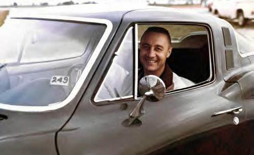 Gus kedvenc helyén, a kormány mögött Corvette-jében