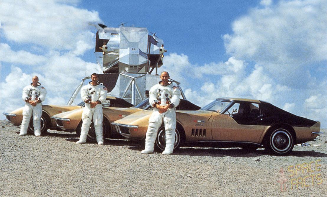 Az Apollo-12 legénysége arany-fekete Corvette-jeikkel. Az efféle erősen reklámízű fotók voltak azok, amik miatt a NASA sosem volt igazán boldog az egydolláros lízing miatt