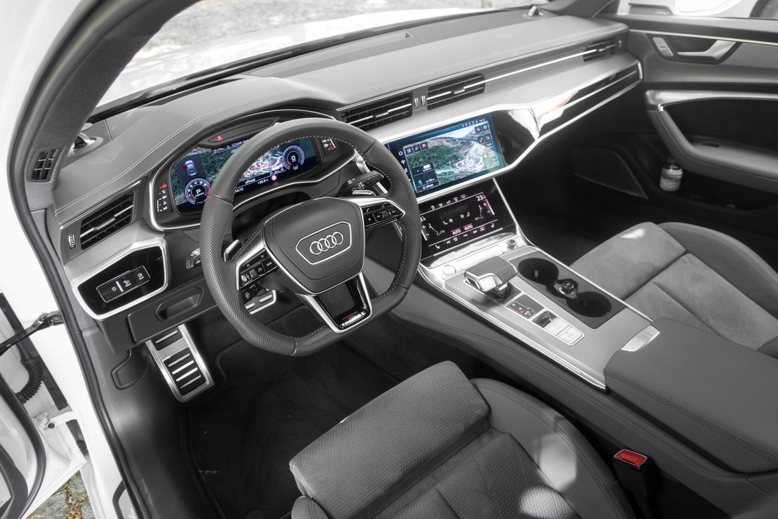 Három nagy fényerejű kijelzőből áll az Audi műszerfala, melyekre elég tág határok közt pakolhatunk parancsikonokat, követhetjük a navigáció különböző nézeteit, szabályozhatjuk a kényelmi és biztonsági funkciókat és gyűjthetjük az ujjlenyomatokat