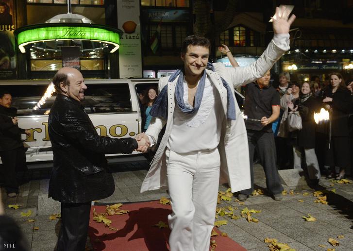 A Rómeó szerepét alakító Dolhai Attilát (k) fogadja Kerényi Miklós Gábor igazgató a Rómeó és Júlia című musical 500. előadása előtt a Budapesti Operettszínház előtt 2012. november 29-én.