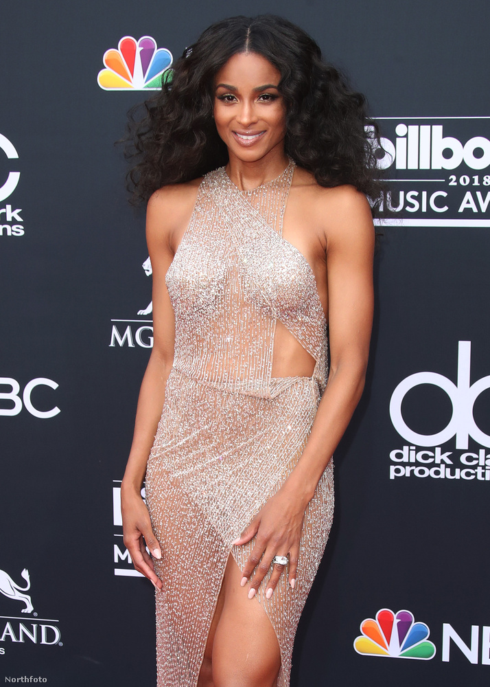 Ciara a klipjeiben se fogja vissza magát, hát egy Billboardon meg pláne nem.