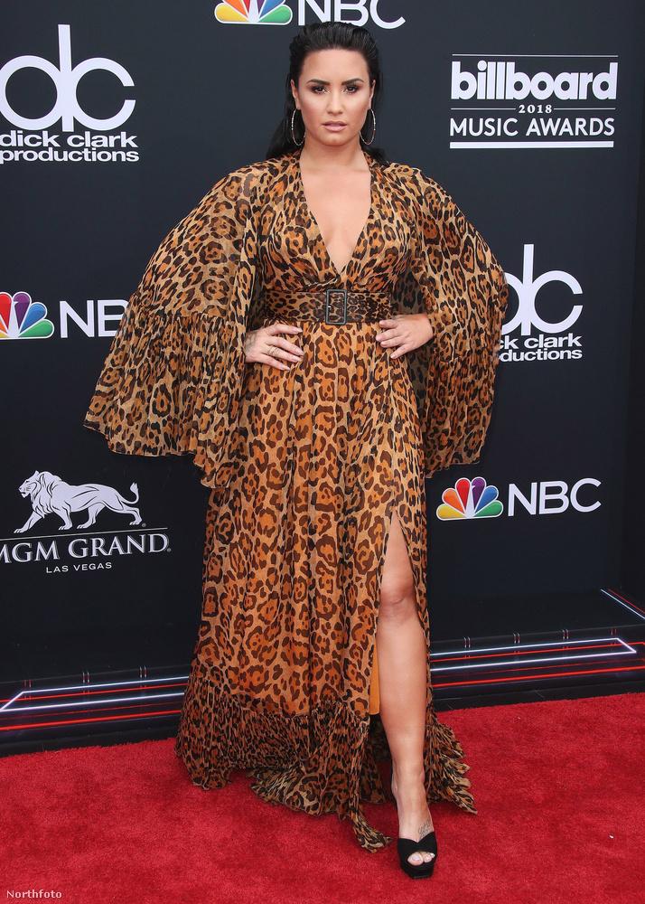Demi Lovato is, aki egy dögös köpenyt nézett ki magának az estére.
