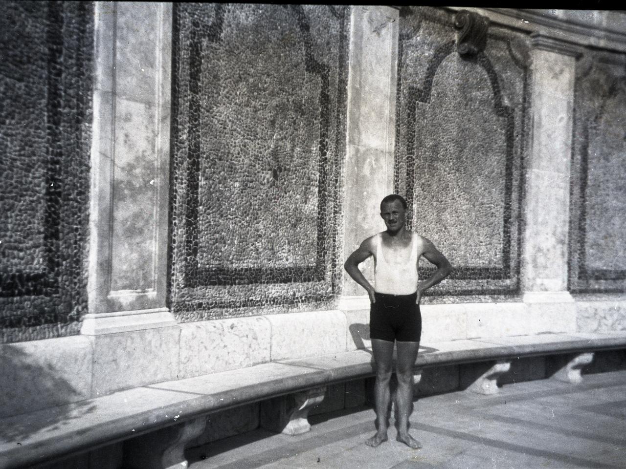 Pusztai Sándor úszómester és amatőr fotográfus a Hullámban. Magyarországon a harmincas évek elején hiányszakma volt az úszómesteré: 276 uszodára és strandfürdőre csupán 89 államilag vizsgázott úszómester jutott. Az úszómesterek 1934-ben alapítottak egyletet, fürdősbáljukat minden évben a Gellértben rendezték.