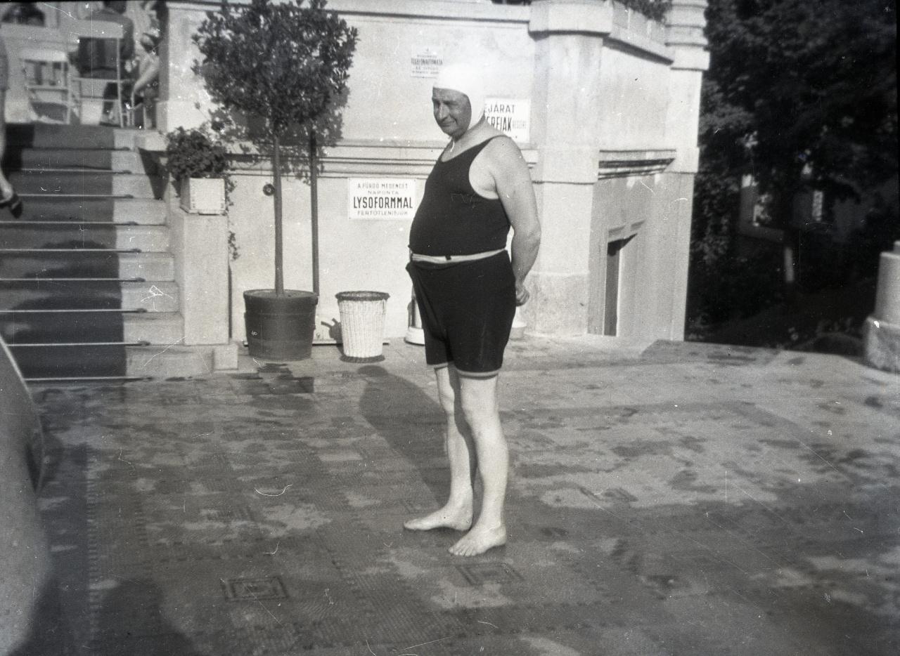 Klebelsberg Kuno, a Bethlen-kormány vallás- és közoktatási minisztere kivételesen szemüveg nélkül,  dresszben és úszósapkában. A fotó a harmincas években, nem sokkal a kultúrpolitikus korai halála előtt készülhetett.