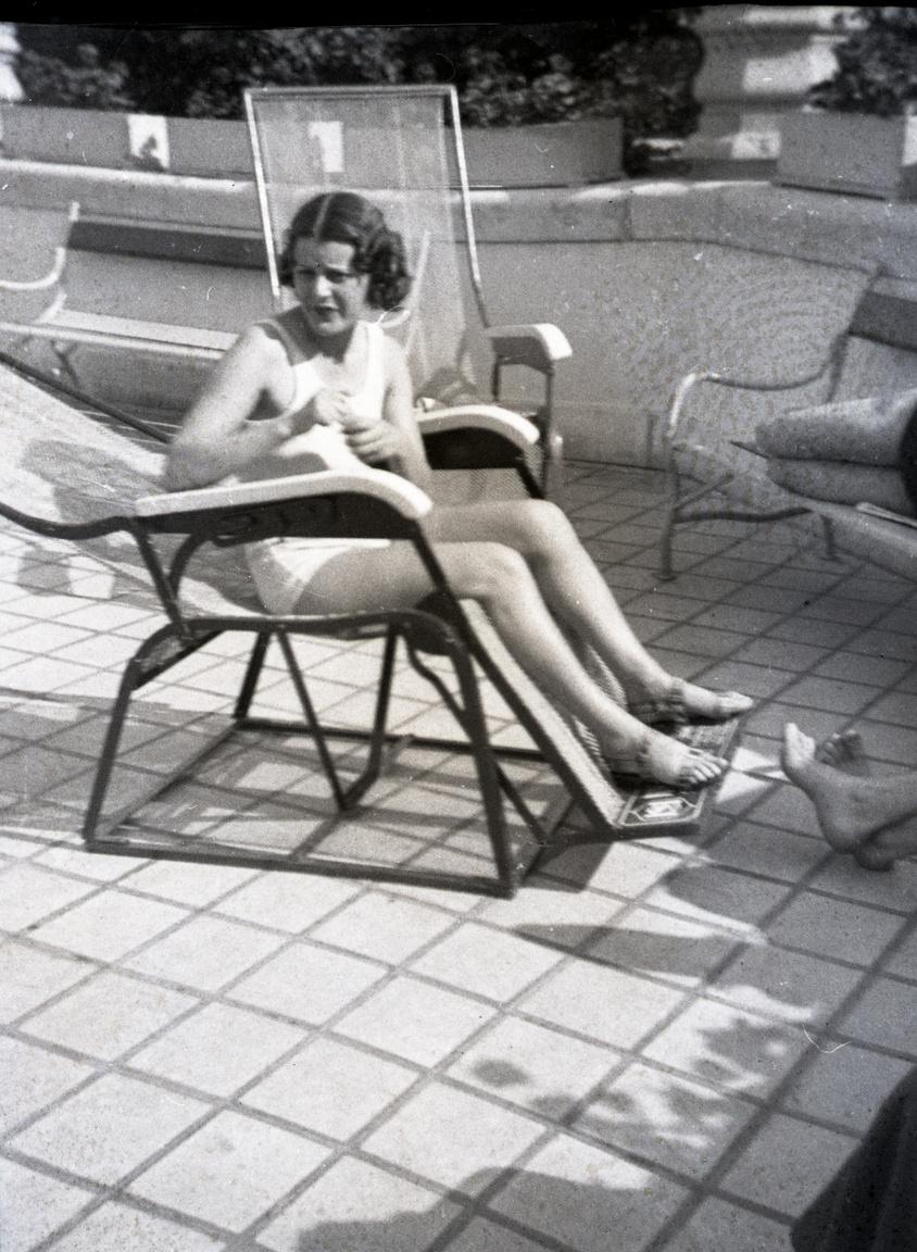 Újabb színésznő a Hullám teraszán. A korabeli filmeket végigaffektáló Turay Ida fehér fürdődresszben csaknem természetesnek tűnik.