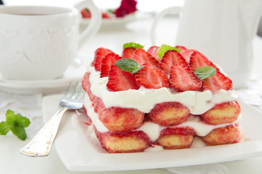 A klasszikus olasz desszert nyári változatban is hódít. Sőt, az epres tiramisu talán krémesebb, mint az eredeti. Sütés nélkül, villámgyorsan összeállítod, csak azt nehéz kivárni, míg jól megdermed.