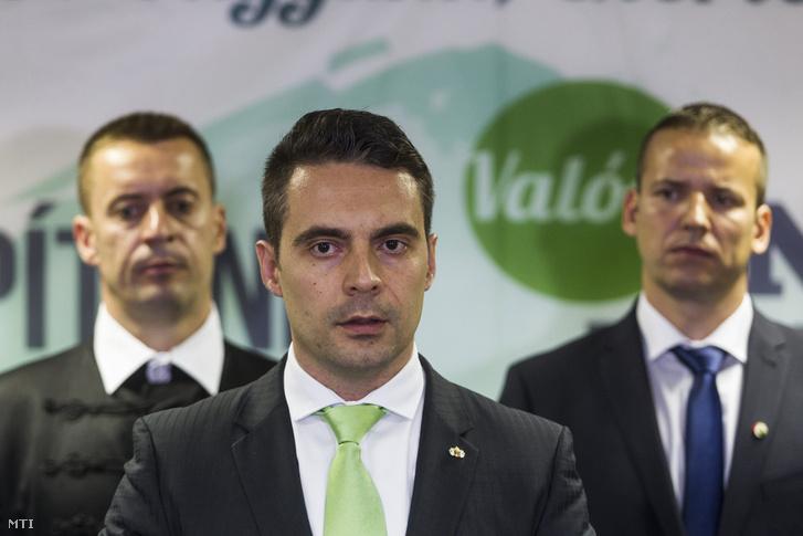 Vona Gábor, a Jobbik újraválasztott elnöke (k) a párt tisztújító kongresszusa után tartott sajtótájékoztatón a Budapest Kongresszusi Központban 2016. május 29-én. Mögötte Sneider Tamás és Toroczkai László megválasztott alelnökök.