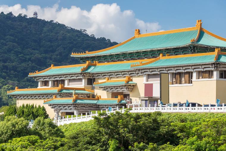 A Nemzeti Palotamúzeum Tajvan egyik legnépszerűbb látványossága, és a világ egyik legnagyobb kínai gyűjteményével rendelkezik, amit eredetileg a pekingi Tiltott Városból menekített tárgyakból hoztak létre