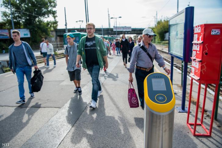 A Budapesti Közlekedési Központ (BKK) elektronikus jegyrendszeréhez kapcsolódó érvényesítõ készülék a H6-os HÉV Közvágóhíd végállomásán 2017. szeptember 7-én.