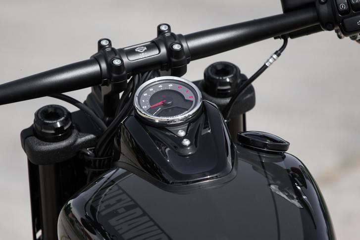 A műszeren természetesen a fordulatmérő a mutatós, a sebességet digitálisan kapjuk
