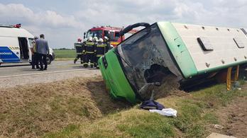 Árokba borult egy busz a 62-esen, 25-en sérültek meg