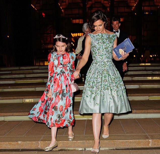 Katie és Suri magukon viselték a tavaszt a csinos, virágos ruháikkal.