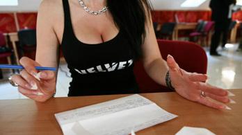 Hamuszürke arccal várja a zsűri az elkészült cikkeket