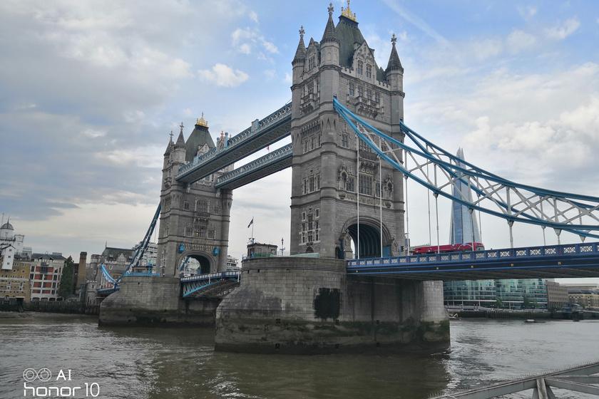 A kora reggeli órák szürkeségében ilyen éles képet készített a Tower-hídról. Gyönyörűen kiemeli a kék árnyalatokat a mesterséges intelligencia.