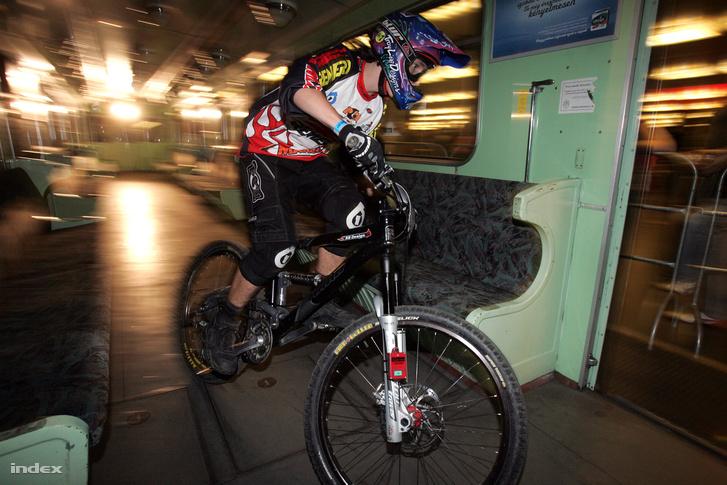 Képünk illusztráció! 2007. szeptember 22-én az Európai Autómentes Napon hajnalig tartó Red Bull Metro Ride mountain bike downhill versenyt rendeztek a Deák téri metróállomáson.