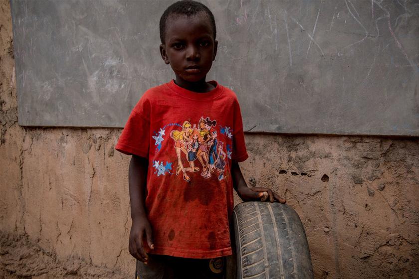 Egy burkinabei kisfiú kedvenc játéka egy használt autógumi.