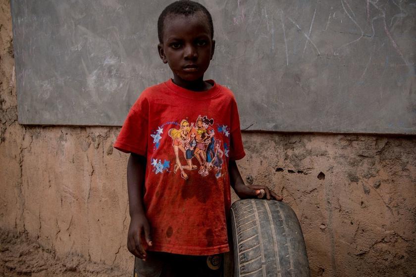 Használt autógumi a kedvenc játéka: a világ legszegényebb gyerekeinek ez jutott