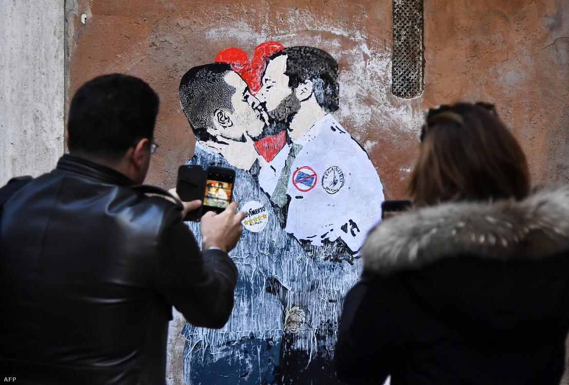 Matteo Salvinit és Luigi Di Maiót ábrázoló falfestés