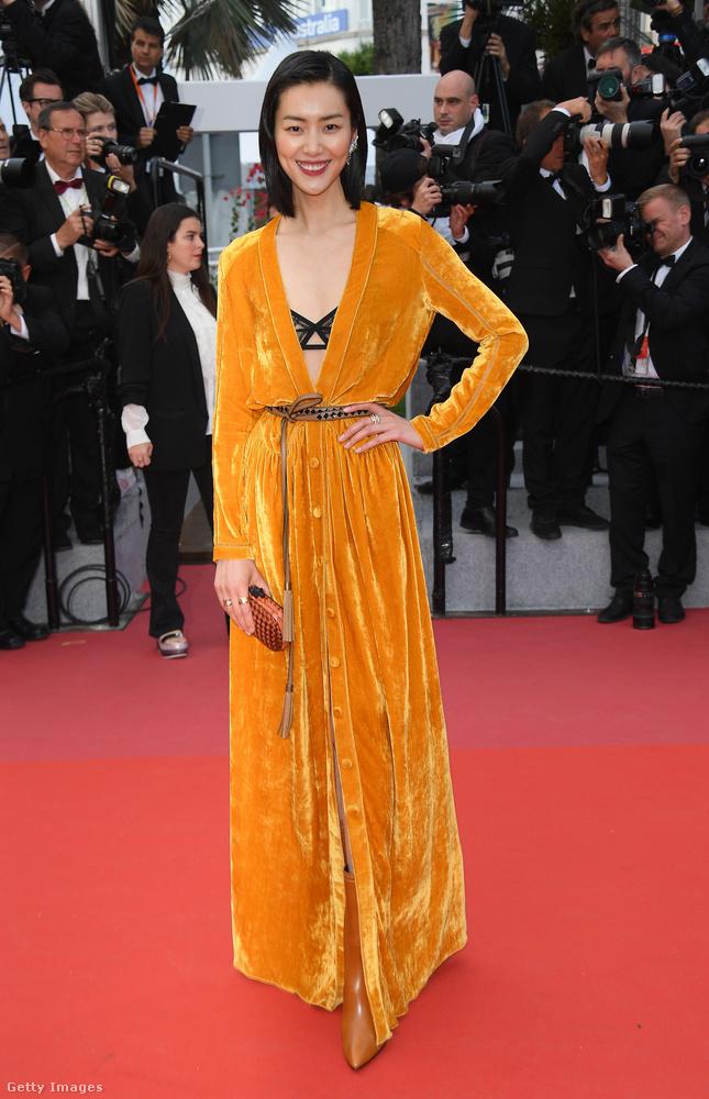 """Liu Wen a Bottega Veneta sárga bársony """"köntösét"""" viselte a Solo:Egy Star Wars-történet című film bemutatóján."""