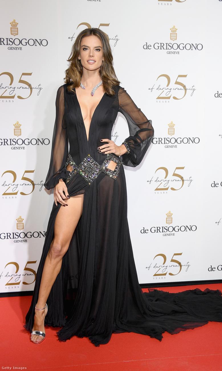 Alessandra Ambrosio rafinált megoldású Roberto Cavalli estélyiben villantott combot.