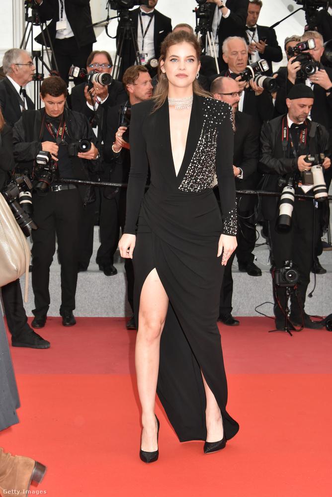 Palvin meghívást kapott a Burning című film premierjére is, ahova ebben a fekete ALberta Ferretti ruhában érkezett.