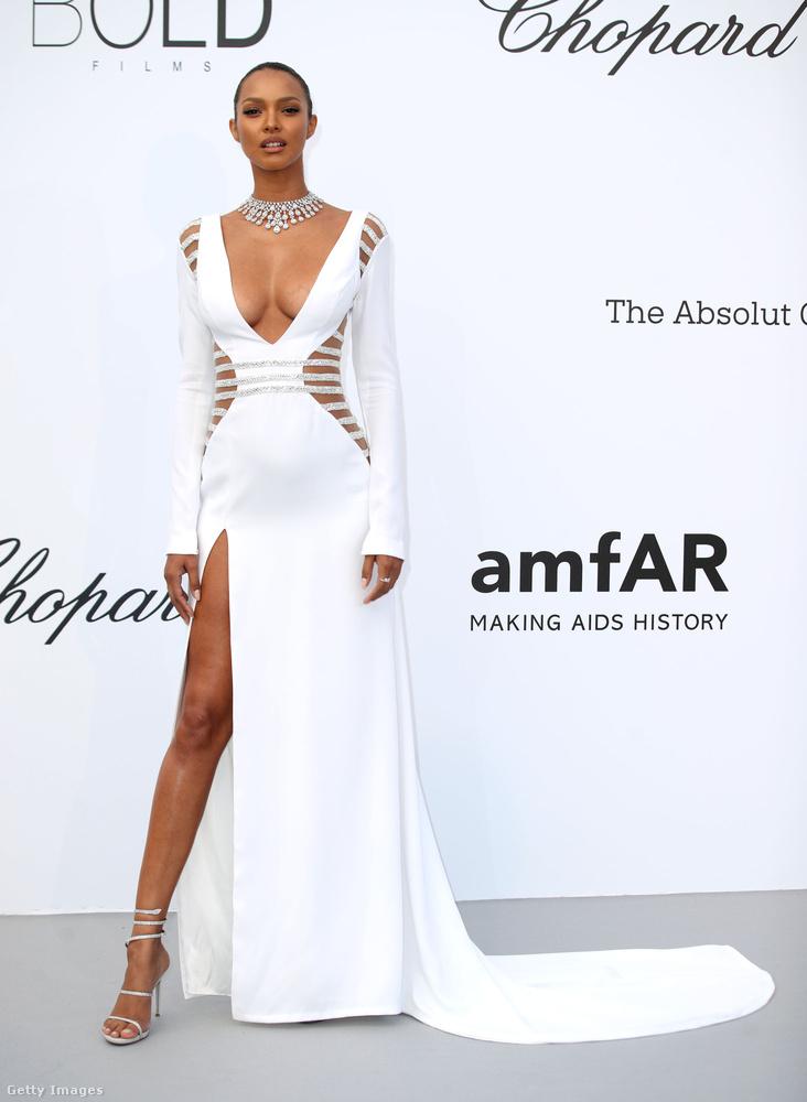 Mintha ráöntötték volna ezt a mindenhol kivágott fehér ruhát Lais Riberóra.