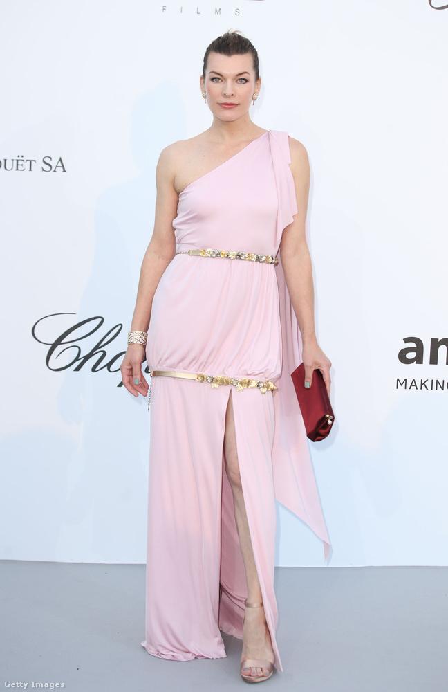 Görög-stílusú, félvállas ruha a 42 éves Milla Jovovichon.