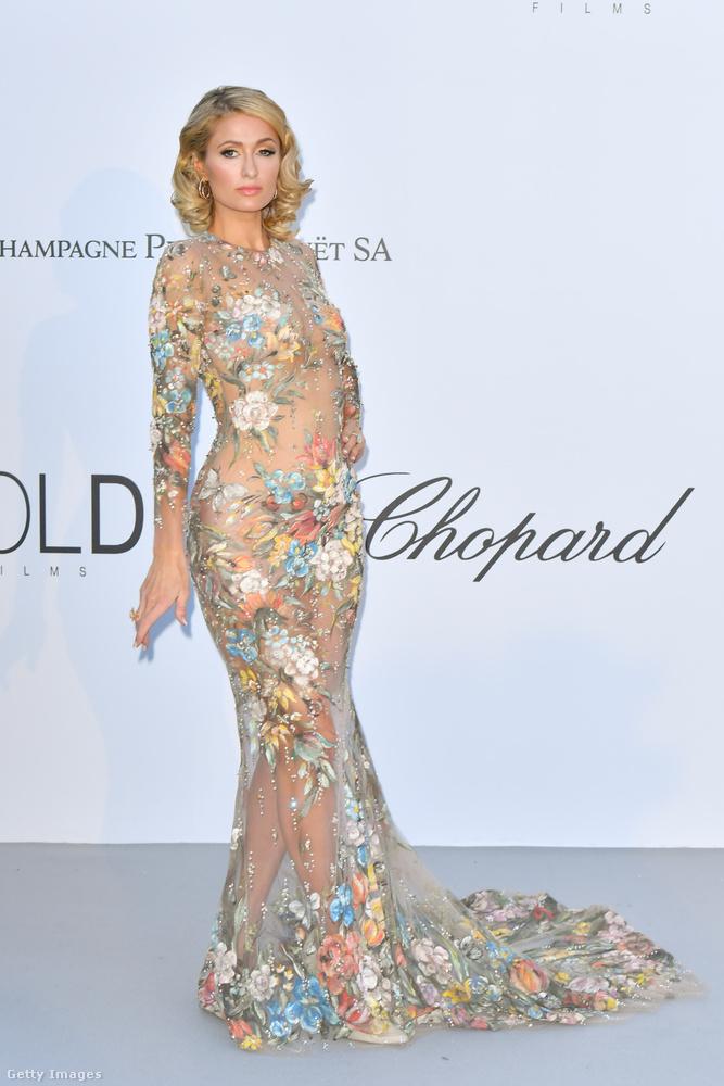Szerencsére Paris Hilton szerint még mindig menő a virágokkal díszített pucérruha.
