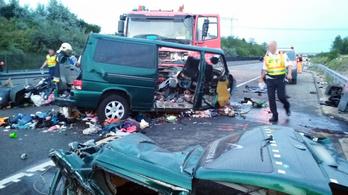 Teherautó ütközött kisbusszal Ceglédbercelnél, kilencen meghaltak